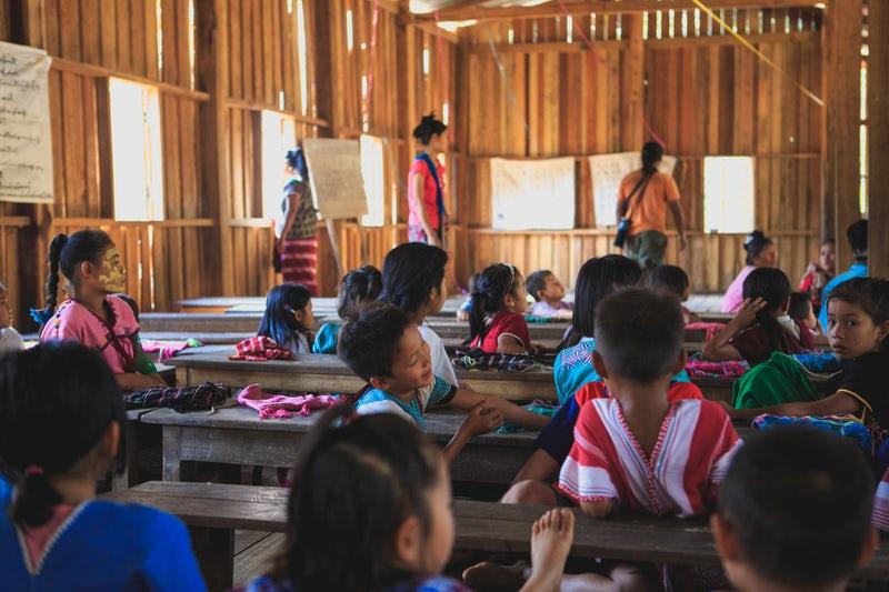 Alumnos sentados en una clase de una escuela