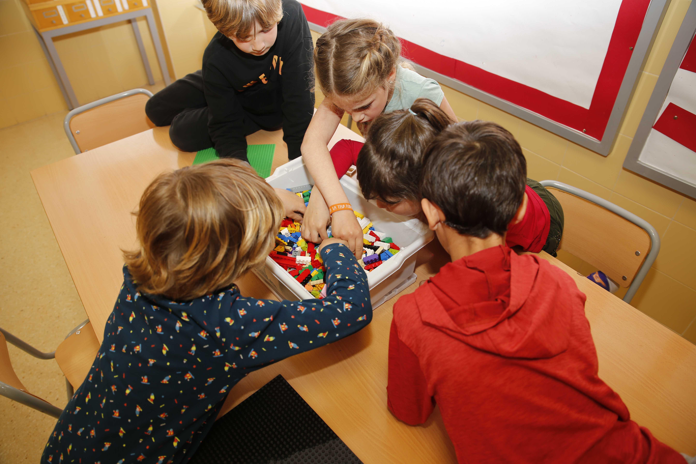 Alumnos del colegio el palmeral haciendo su maqueta