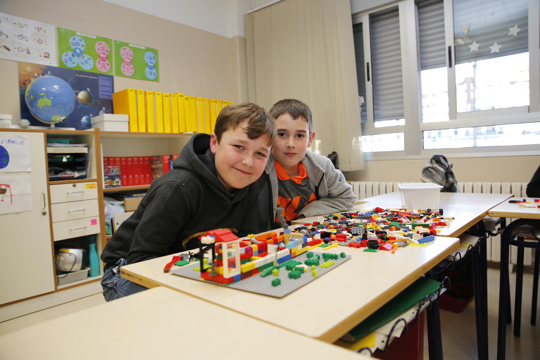 alumnos posando junto a sus maquetas