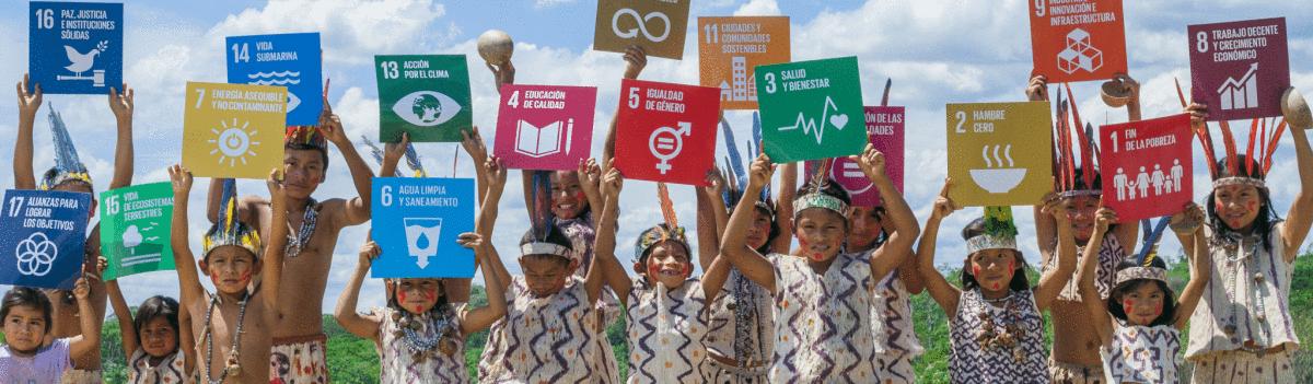 Niños levantando pacartas con los 17 objetivos del desarrollo sostenible de Naciones Unidas