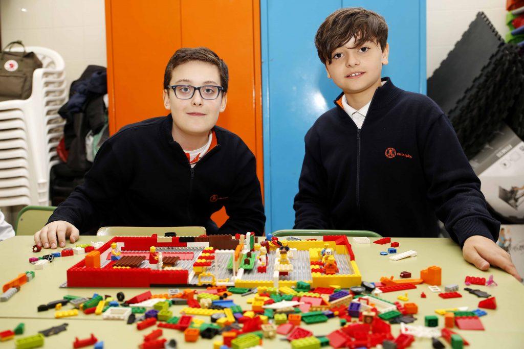 Dos alumnos del colegio Escuelas Pías frente a las maquetas que han construído.