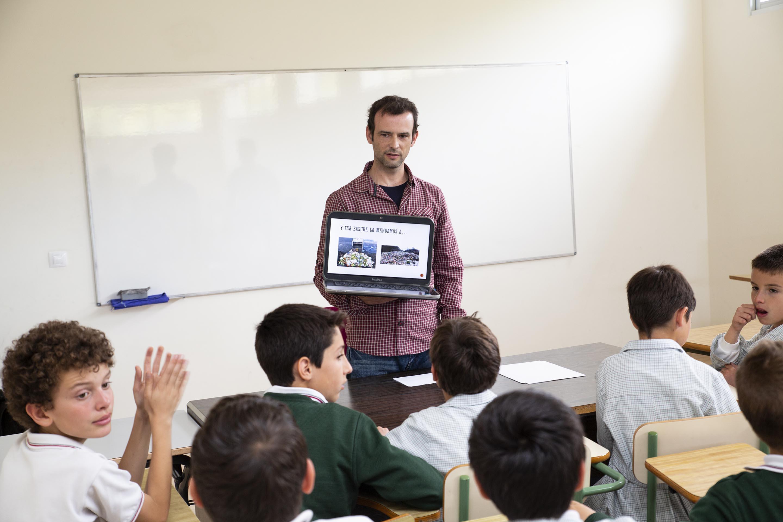 Nuestro profesor Gonzalo les muestra a los alumnos, la problemática de los residuos.